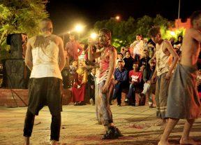 بالصور:إفتتاح مهرجان مسرح الشارع بابن اجرير بعرض مسرحي من تونس