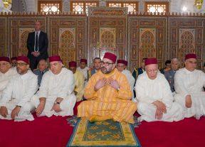 """أمير المؤمنين يؤدي صلاة الجمعة بمسجد """"عثمان بن عفان""""بالضويات إقليم مولاي يعقوب"""