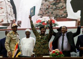السودان:المجلس العسكري وقوى إعلان الحرية والتغيير يوقعان على وثائق الفترة الإنتقالية
