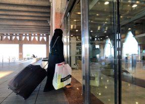في خطوة غير مسبوقة:السعودية تجيز للنساء عدم إرتداء العباءة السوداء وتسمح لهن بحجز الفنادق بدون محرم