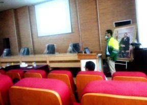 طالب يناقش رسالة الدكتوراه بزي عمال النظافة يخلق الحدث في منصات التواصل الإجتماعي